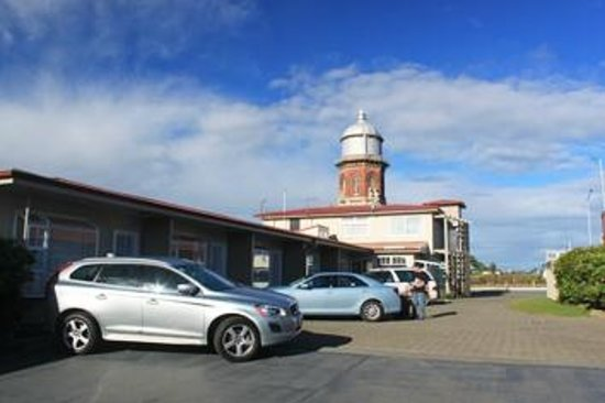 ‪تاور لودج موتل: The motel is located across the road from Invercargil''s distinctive heritage water tower.‬