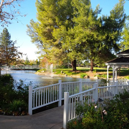 Westlake Village Inn: Gazebo, lake and tennis club