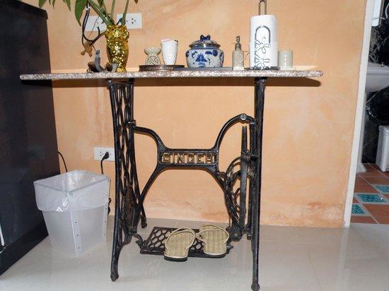 Khaolak Boutique Heritage Hotel: Столик в номере