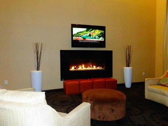 Hampton Inn & Suites Phenix City - Columbus Area: Lobby fireplace...nice
