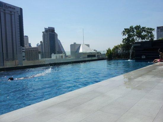 Novotel Bangkok Ploenchit Sukhumvit: Rooftop pool
