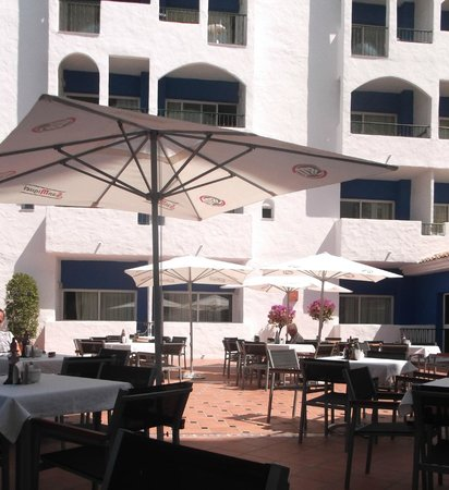 PYR Marbella Hotel: Outside dining area