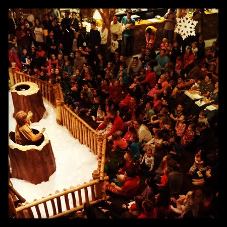 Great Wolf Lodge : View of the crowd watching the Great Clock Tower Show