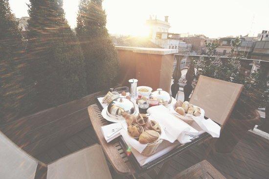 Portrait Roma: Breakfast at the balcony