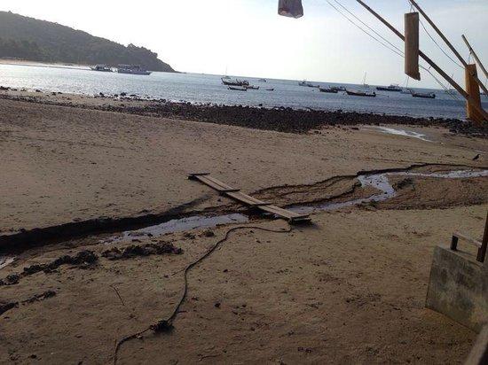 Baan Laanta Resort & Spa: Scarico delle fogne davanti alla spiaggia dell albergo!!!