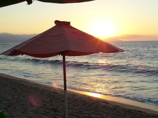 Emperador Vallarta Beachfront Hotel & Suites : Beach