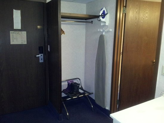 Quality Inn & Conference Center: Closet