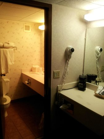 Quality Inn & Conference Center: Vanity and Bathroom (view from the entrance)