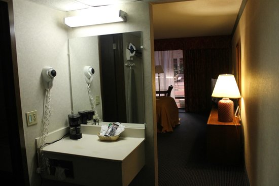 Quality Inn & Conference Center : Looking into the room...vanity, bedroom, courtyard