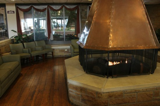 Quality Inn & Conference Center : Lobby Fireplace seating area