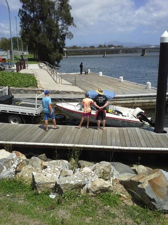 Riverbreeze Holiday Park : Boat ramp over the bridge