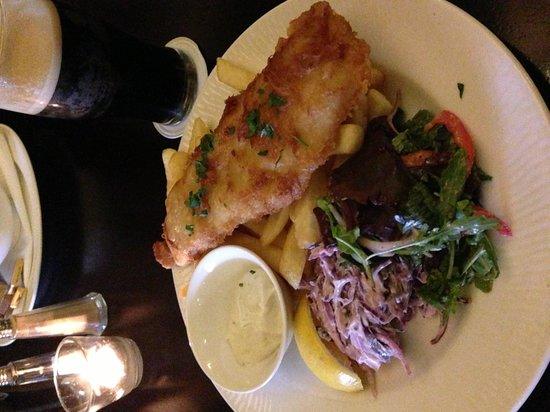 Clontarf Castle Hotel: Delicious fish & chips from bar