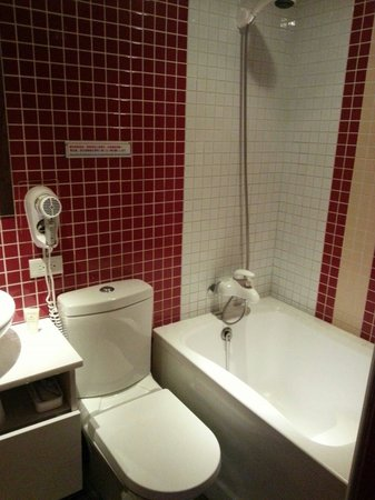 Lio Hotel Ximen: Tiny Toilet With Tiny Bathtub