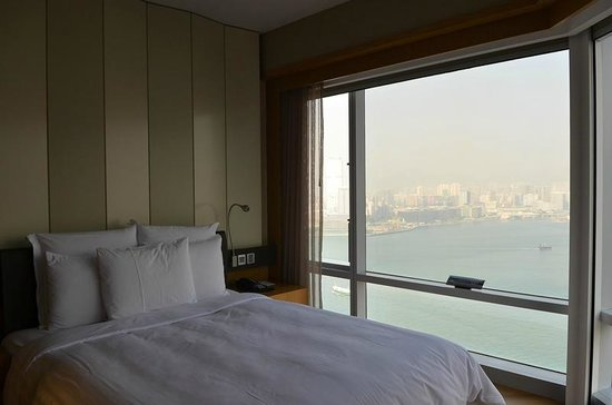 Renaissance Hong Kong Harbour View Hotel: View from corner room