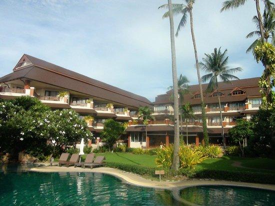 Aloha Resort : Вид на отель со стороны моря и бассейна