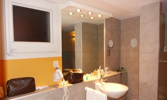 H10 Catalunya Plaza: Suite 100 - one of two bathrooms.