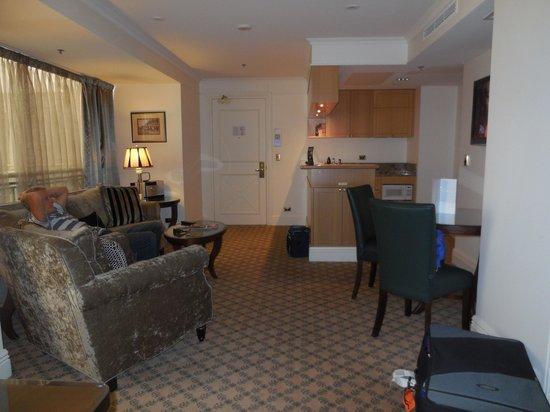 Stamford Plaza Melbourne: Lounge & Kitchen King Suite