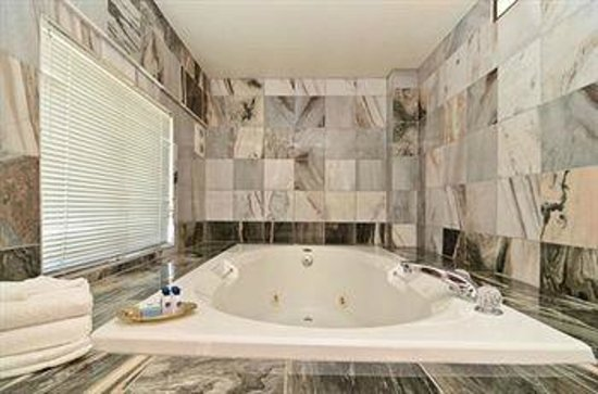 Best Western Brighton Inn: Luxurious tubs are yours for the asking!