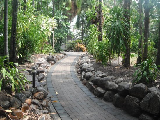 Mercure Townsville : Garden paths to and from rooms