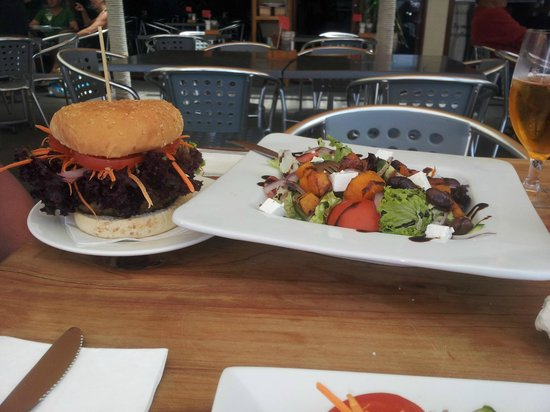 Alfresco's Restaurant and Bar: Hamburger and salad