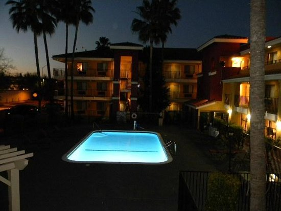 Comfort Inn and Suites Rancho Cordova : swimming pool at dusk