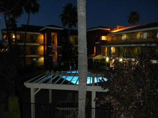 Comfort Inn and Suites Rancho Cordova : swimming pool at night