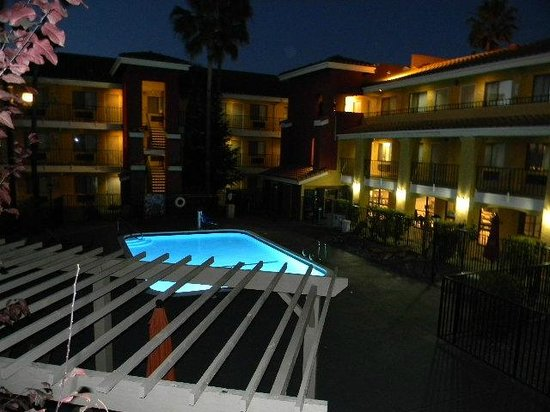 Comfort Inn and Suites Rancho Cordova: swimming pool at dusk