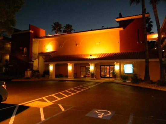 Comfort Inn and Suites Rancho Cordova : front entrance at dusk