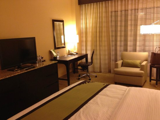 DoubleTree by Hilton Hotel Santa Ana - Orange County Airport: King Room Living Area