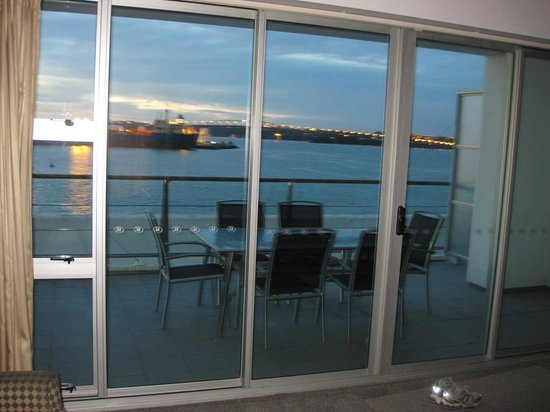 Auckland Waterfront Serviced Apartments: View of the Bridge at night