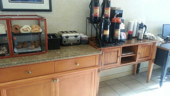 Best Western De Anza Inn: Free coffee. Hot Tea and Hot Chocolate 24 hours a day. Nice