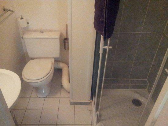 Hotel Voltaire Opera: Salle de bain propre. Mais sans charme. On voit que la peinture a été posé sur differents papier