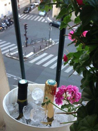 Alyss Saphir Cambronne Eiffel : Охлаждаем вино на подоконнике