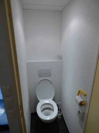 Ibis Budget Luxembourg Aeroport : Toilet- very small.