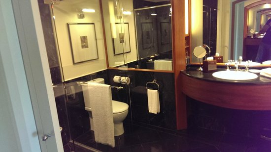 Sheraton on the Park, Sydney : Spacious bathroom