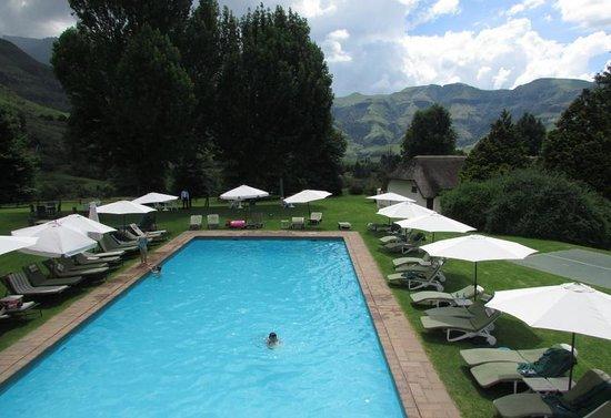 Champagne Castle Hotel : pool area