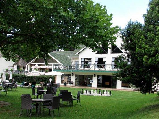 Champagne Castle Hotel : hotel garden