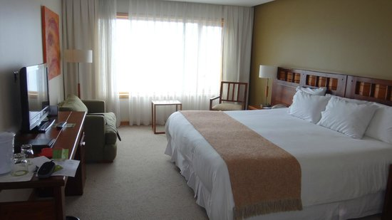 Hotel Cumbres Puerto Varas: Spacious and well appointed bedroom