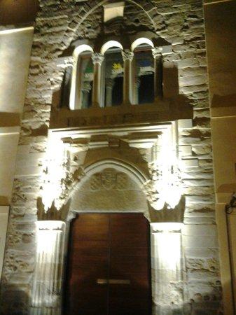 Palacio del Conde Luna: La hermosa puerta de entrada iluminada por la noche.