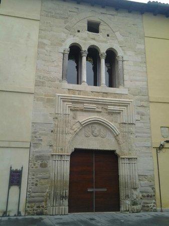Palacio del Conde Luna: La entrada con la galería y sus tres arcos.