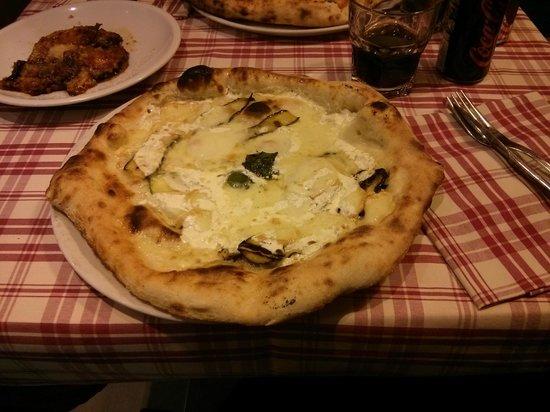 Sugo d'Oro: Pizza de calabacín y queso. Quemada por abajo.