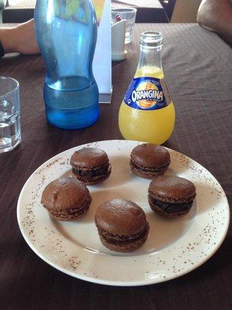 Frog and Kiwi: Chocolate macarons and Orangina