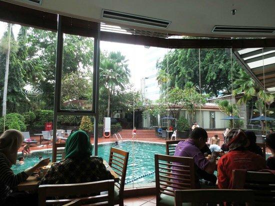 Ibis Jakarta Slipi: Restaurant Pool view
