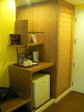 Le Siam Hôtel: шкаф и минибар
