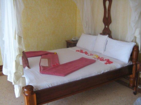 White Rose Beach Hotel: il letto a baldacchino. camera molto spaziosa