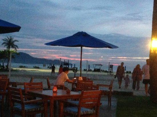 Shangri-La's Rasa Ria Resort & Spa : beach bar at sunset