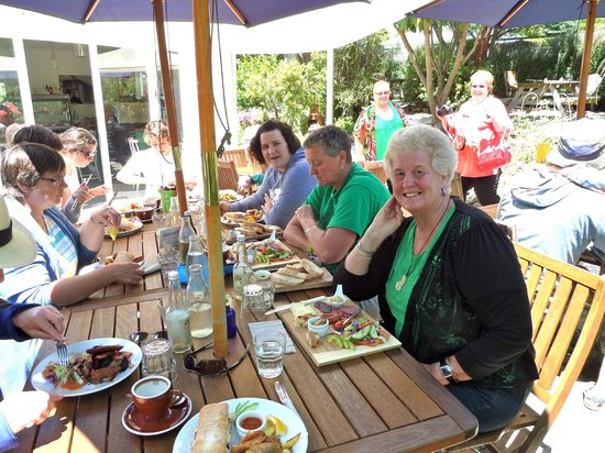 Cable bay Cafe: Relaxing and enjoying the wonderful food and service