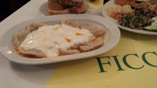Fıccın: Ravioli di formaggio con crema allo jogurt
