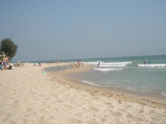 Yaiya Hua Hin : Looking along the beach from Yaiya