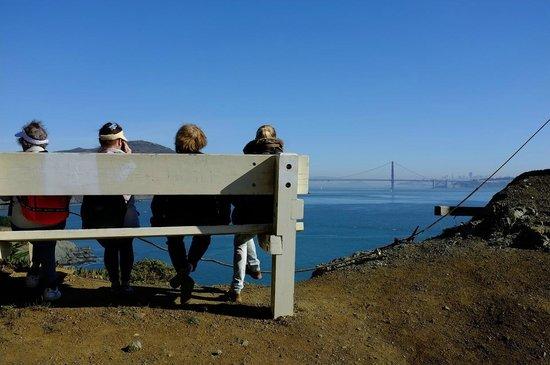 Marin Headlands : A roadside bench offering a great view of Golden Gate Bridge